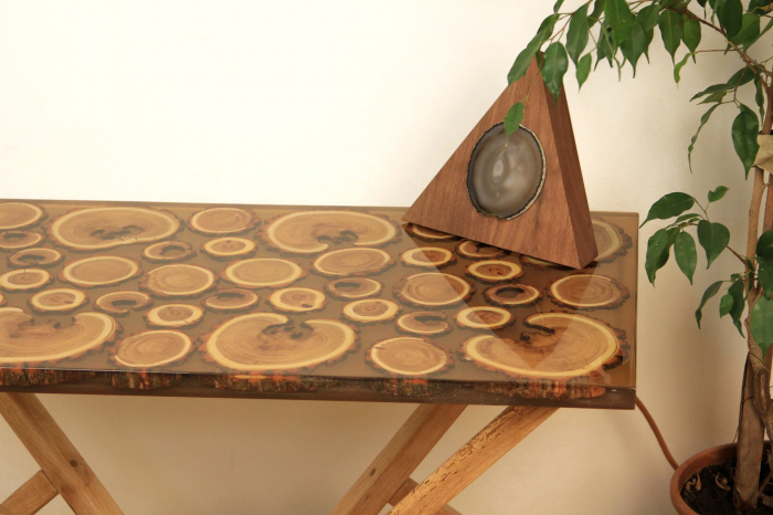Masa din lemn de salcam inserat in rasina epoxidica transparenta 1