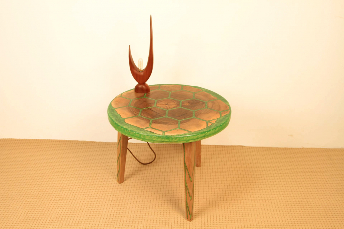 Masa din lemn de nuc, taiat in forme hexagonale fixate in rasina epoxidica verde 2
