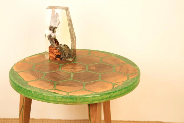 Masa din lemn de nuc, taiat in forme hexagonale fixate in rasina epoxidica verde 10