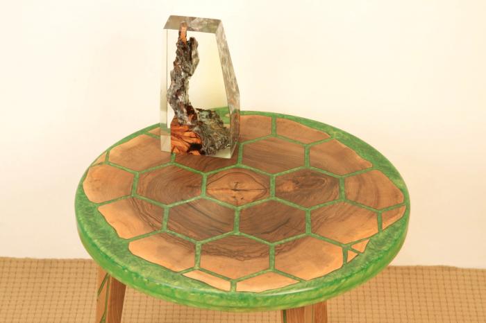 Masa din lemn de nuc, taiat in forme hexagonale fixate in rasina epoxidica verde 12