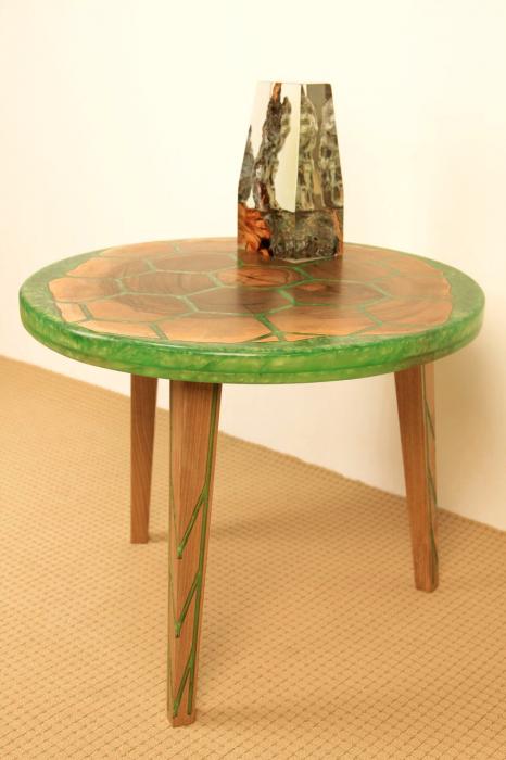 Masa din lemn de nuc, taiat in forme hexagonale fixate in rasina epoxidica verde 4