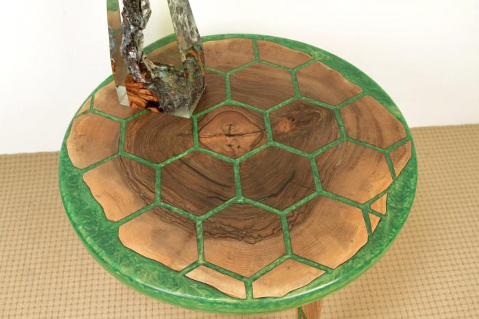 Masa din lemn de nuc, taiat in forme hexagonale fixate in rasina epoxidica verde 1