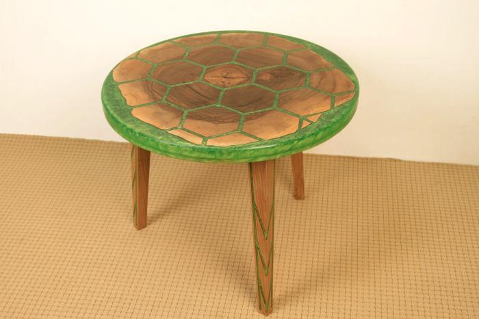 Masa din lemn de nuc, taiat in forme hexagonale fixate in rasina epoxidica verde 11
