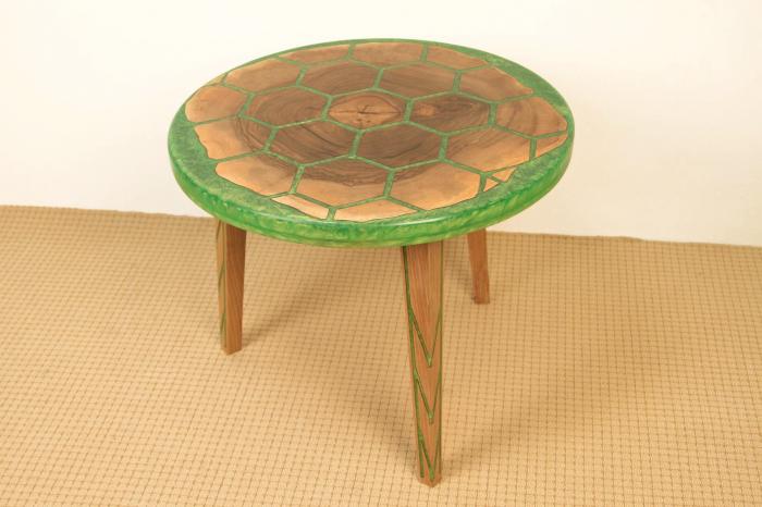 Masa din lemn de nuc, taiat in forme hexagonale fixate in rasina epoxidica verde 0