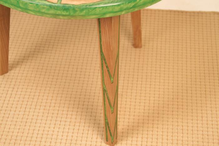 Masa din lemn de nuc, taiat in forme hexagonale fixate in rasina epoxidica verde 3