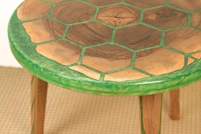 Masa din lemn de nuc, taiat in forme hexagonale fixate in rasina epoxidica verde 5