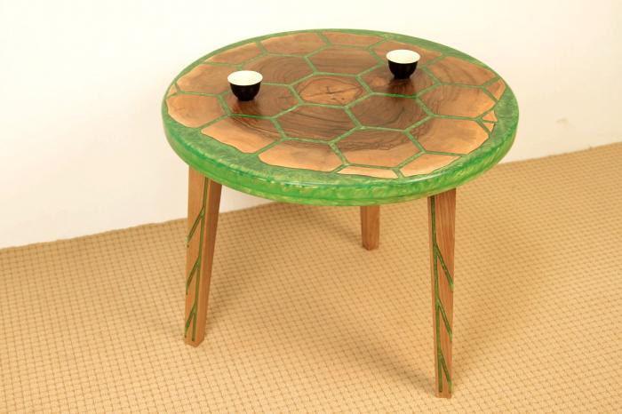 Masa din lemn de nuc, taiat in forme hexagonale fixate in rasina epoxidica verde 6