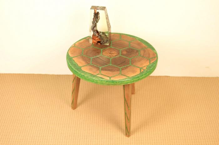 Masa din lemn de nuc, taiat in forme hexagonale fixate in rasina epoxidica verde 7