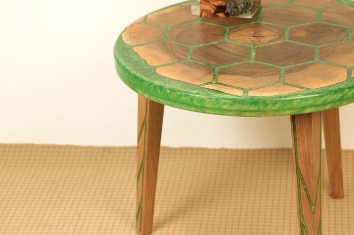Masa din lemn de nuc, taiat in forme hexagonale fixate in rasina epoxidica verde 8