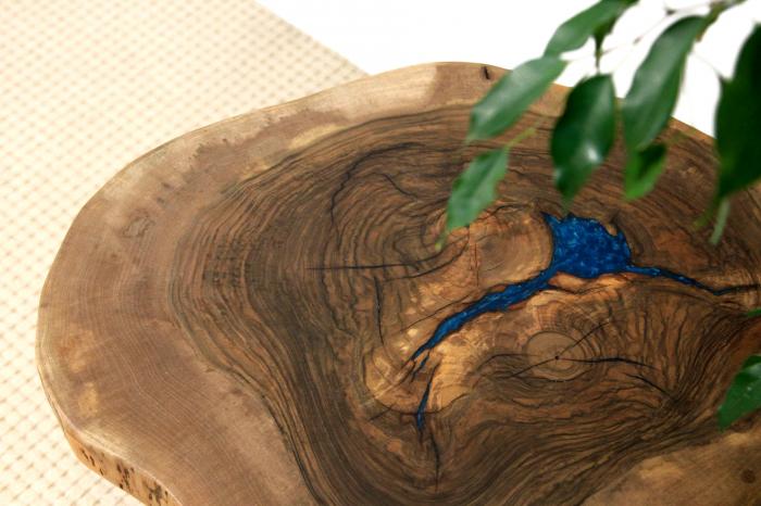 Masuta de cafea din lemn de nuc, cu insertie de rasina epoxidica 12