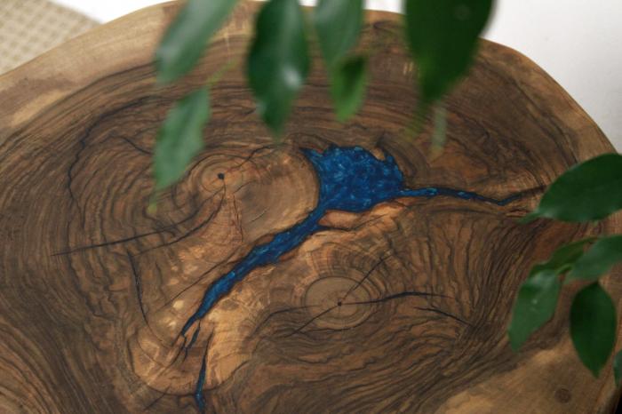 Masuta de cafea din lemn de nuc, cu insertie de rasina epoxidica 7