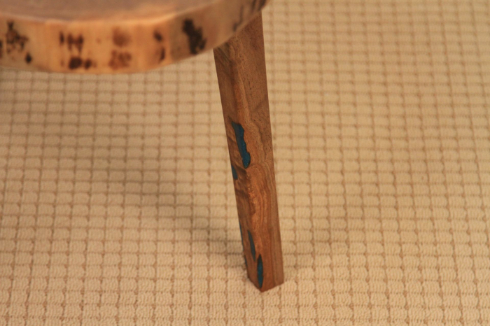 Masuta de cafea din lemn de nuc, cu insertie de rasina epoxidica 3