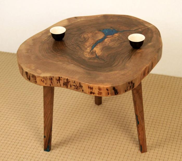 Masuta de cafea din lemn de nuc, cu insertie de rasina epoxidica 5