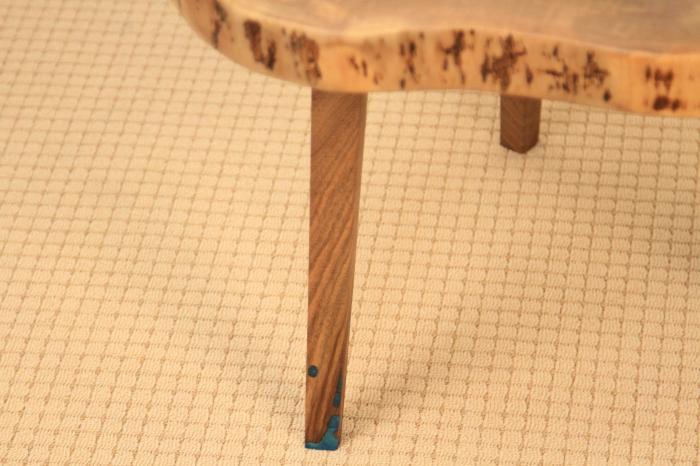 Masuta de cafea din lemn de nuc, cu insertie de rasina epoxidica 8