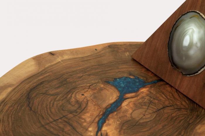 Masuta de cafea din lemn de nuc, cu insertie de rasina epoxidica 2