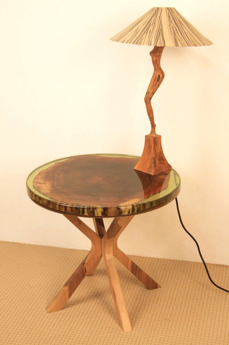 Masa din lemn de nuc inserata in rasina epoxidica verde translucid 2