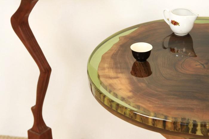 Masa din lemn de nuc inserata in rasina epoxidica verde translucid 3