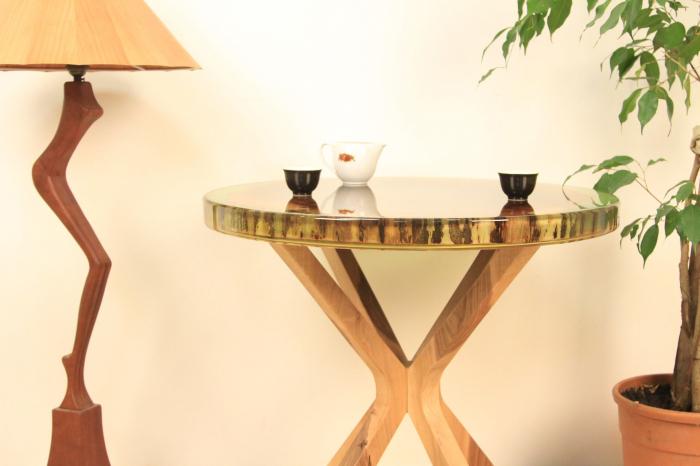 Masa din lemn de nuc inserata in rasina epoxidica verde translucid 6