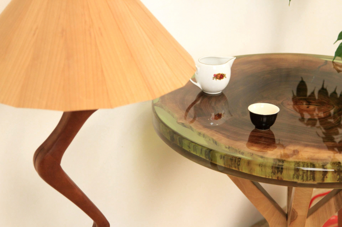 Masa din lemn de nuc inserata in rasina epoxidica verde translucid 16