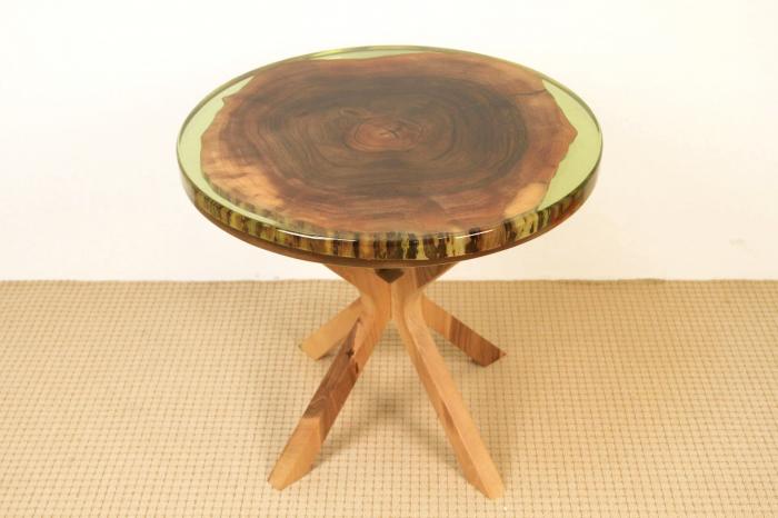 Masa din lemn de nuc inserata in rasina epoxidica verde translucid 0