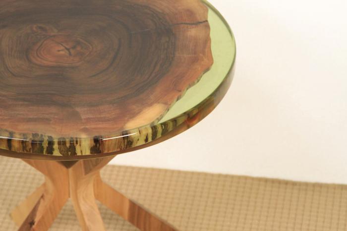 Masa din lemn de nuc inserata in rasina epoxidica verde translucid 10