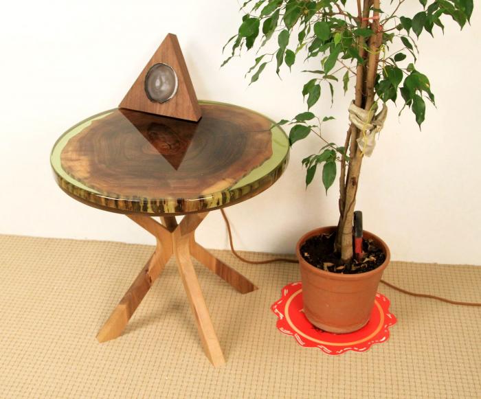 Masa din lemn de nuc inserata in rasina epoxidica verde translucid 15