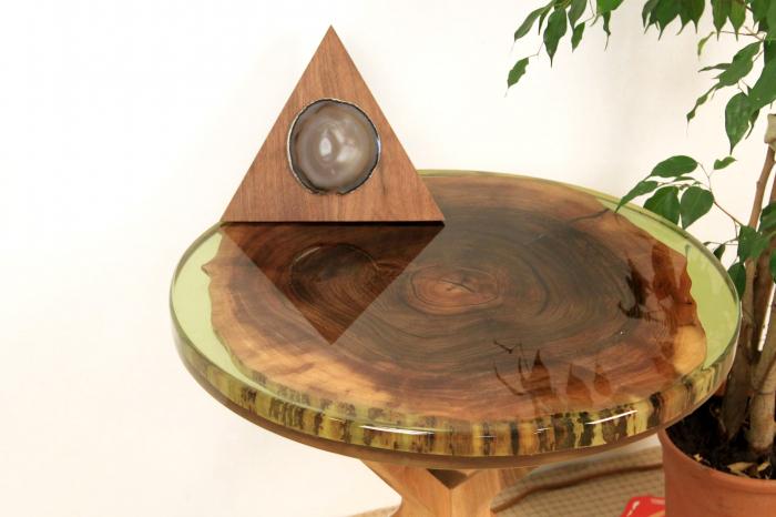 Masa din lemn de nuc inserata in rasina epoxidica verde translucid 4