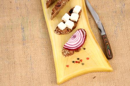 Platou servire din lemn de nuc dintr-o singura bucata, colorat cu turmeric [2]