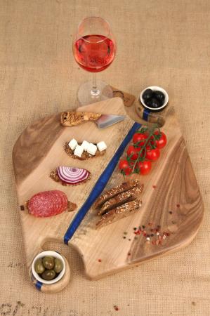 Platou servire din lemn de nuc cu insertii de rasina epoxidica [0]