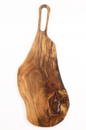 Platou de servire din lemn de nuc, culoare natur, cu mici insertii de rasina epoxidica. [1]