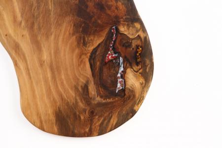 Platou de servire din lemn de nuc, culoare natur, cu mici insertii de rasina epoxidica. [3]