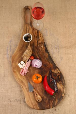 Platou de servire din lemn de nuc, culoare natur, cu mici insertii de rasina epoxidica. [0]