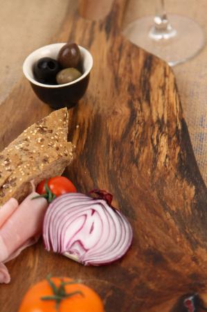 Platou de servire din lemn de nuc, culoare natur, cu mici insertii de rasina epoxidica. [4]