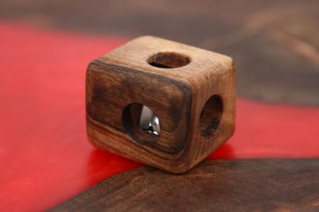 Cub cu orificii din lemn masiv cu zornăitoare (+4 luni)0