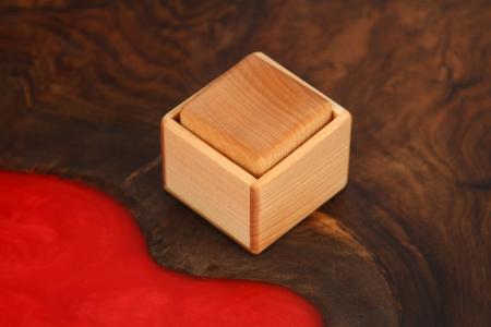 Cub in cutie din lemn masiv (+ 8 luni)0