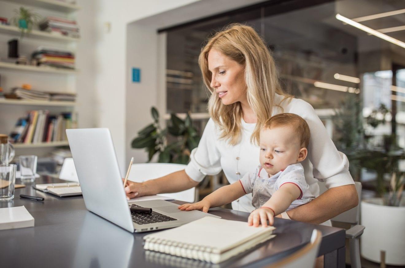 Munca în concediu de maternitate. 5 idei pentru a-ți crește veniturile