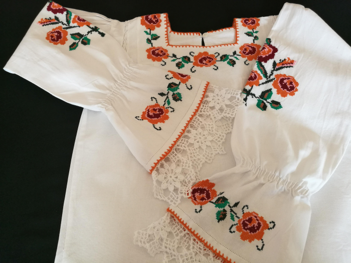 Ie femei cu motiv traditional floral [3]