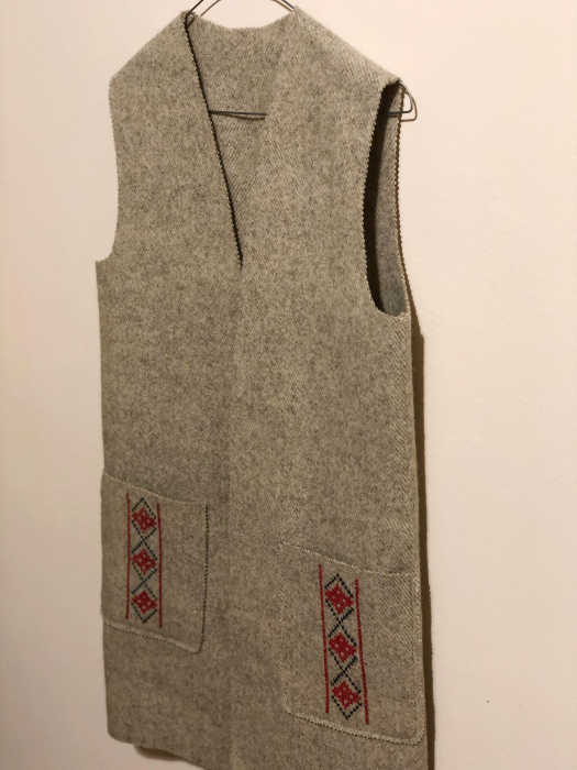 Vesta din lana, brodata manual cu model cusut in cruce [1]