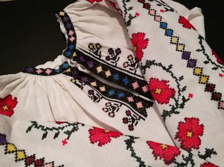Ie femei cu flori colorate [3]