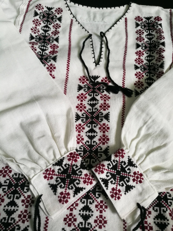 Ie femei cu motiv traditional [1]