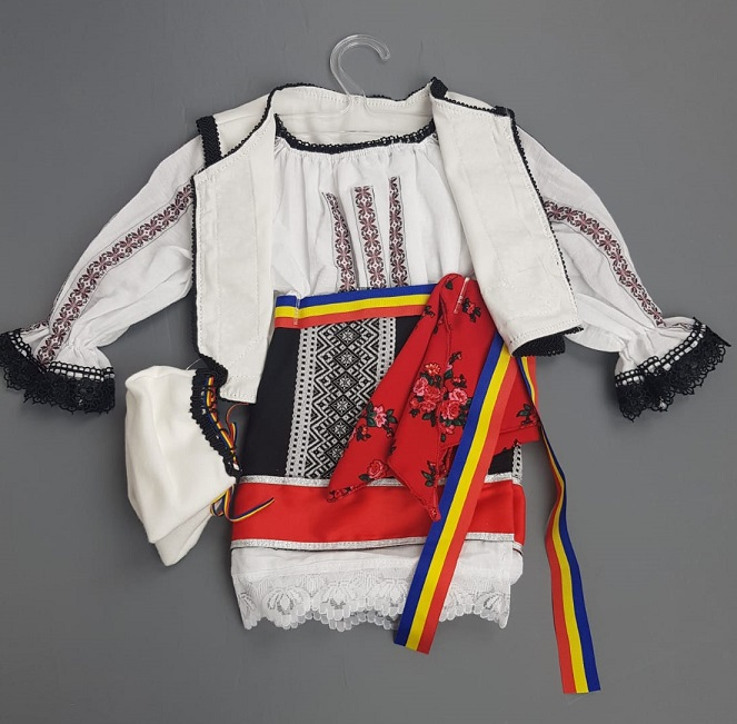 Costum Traditional Fetite Bianca 2