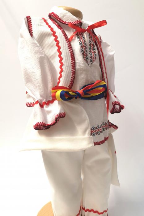 Set Costum National pentru baieti Victoras 6: lumanare , trusou si cutie botez traditional [4]