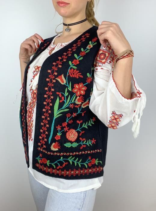 Vesta brodata cu model Traditional cu Flori 2 0