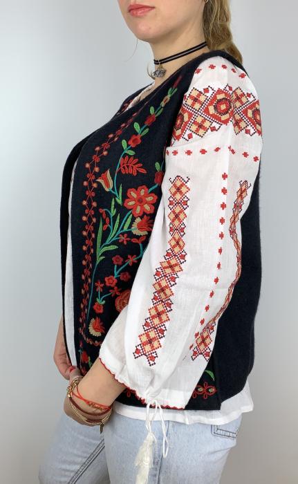 Vesta brodata cu model Traditional cu Flori 2 3