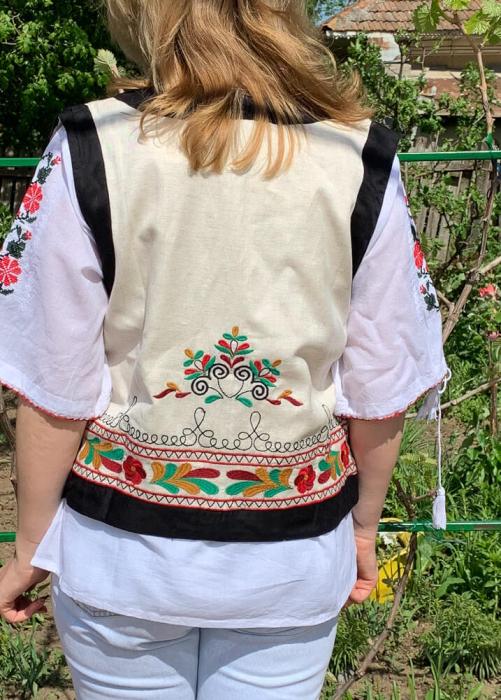 Vesta brodata cu model Traditional Suzana 10 [5]