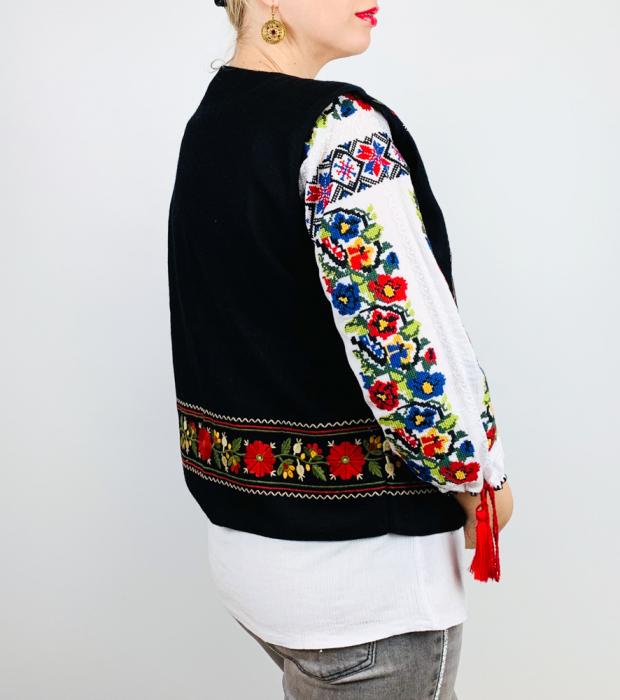 Vesta brodata cu model Traditional Suzana 15 [1]