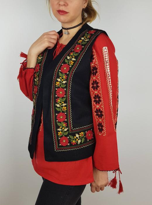 Vesta brodata cu model Traditional Suzana 8 1