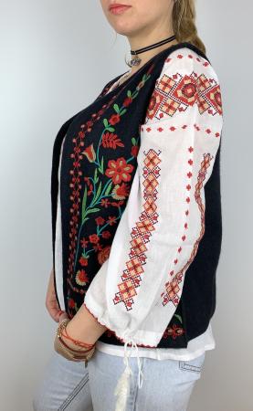 Vesta brodata cu model Traditional cu Flori 23