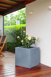 Ghiveci PE modern, pătrat, imitație piatră, model TANGO M4