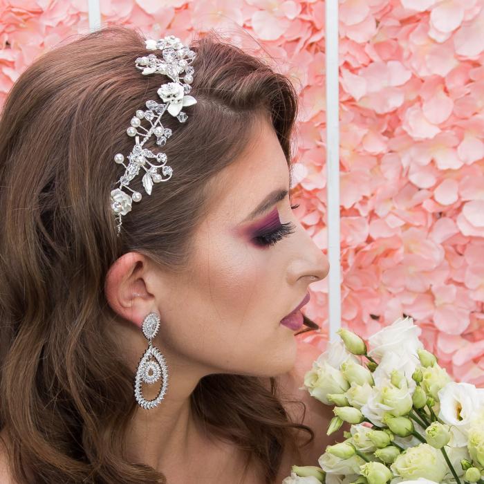 Accesoriu de păr deosebit, floral, pentru mirese, cu cristale, perle și ștrasuri. [2]